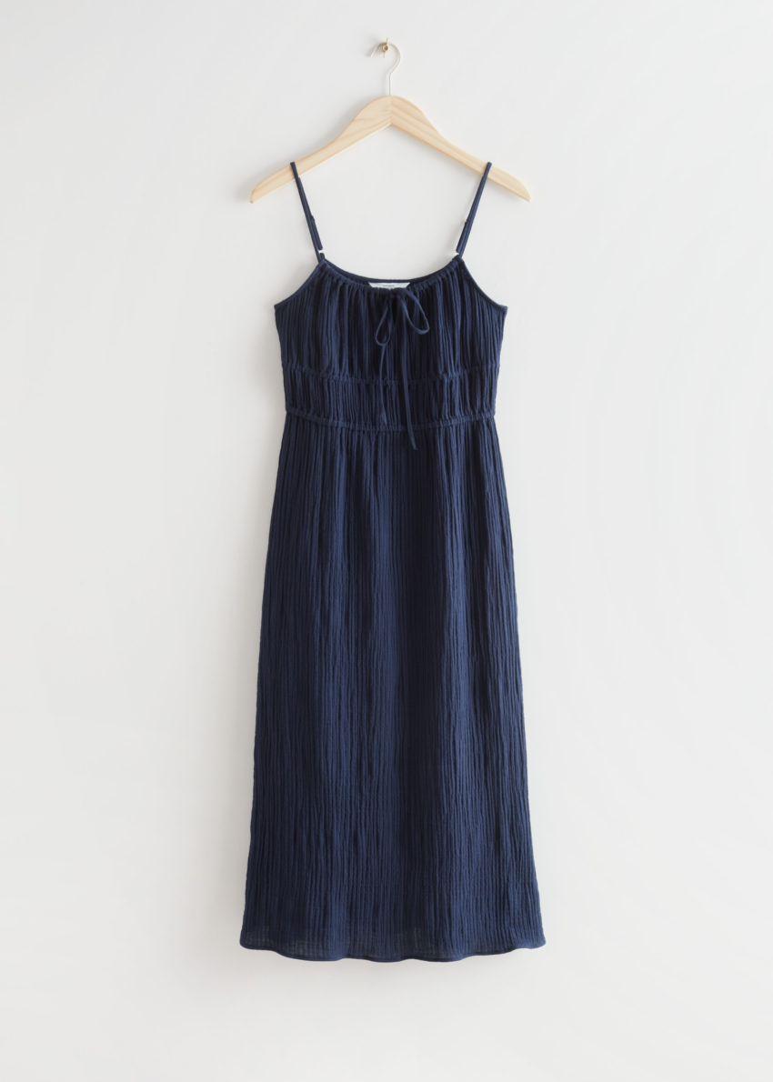 앤아더스토리즈 스트래피 미디 드레스의 네이비컬러 Product입니다.