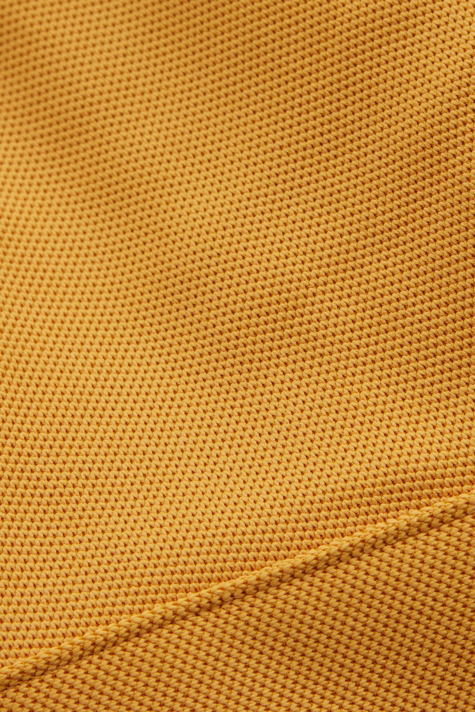 COS 트라이앵글 비키니 탑의 옐로우컬러 Detail입니다.