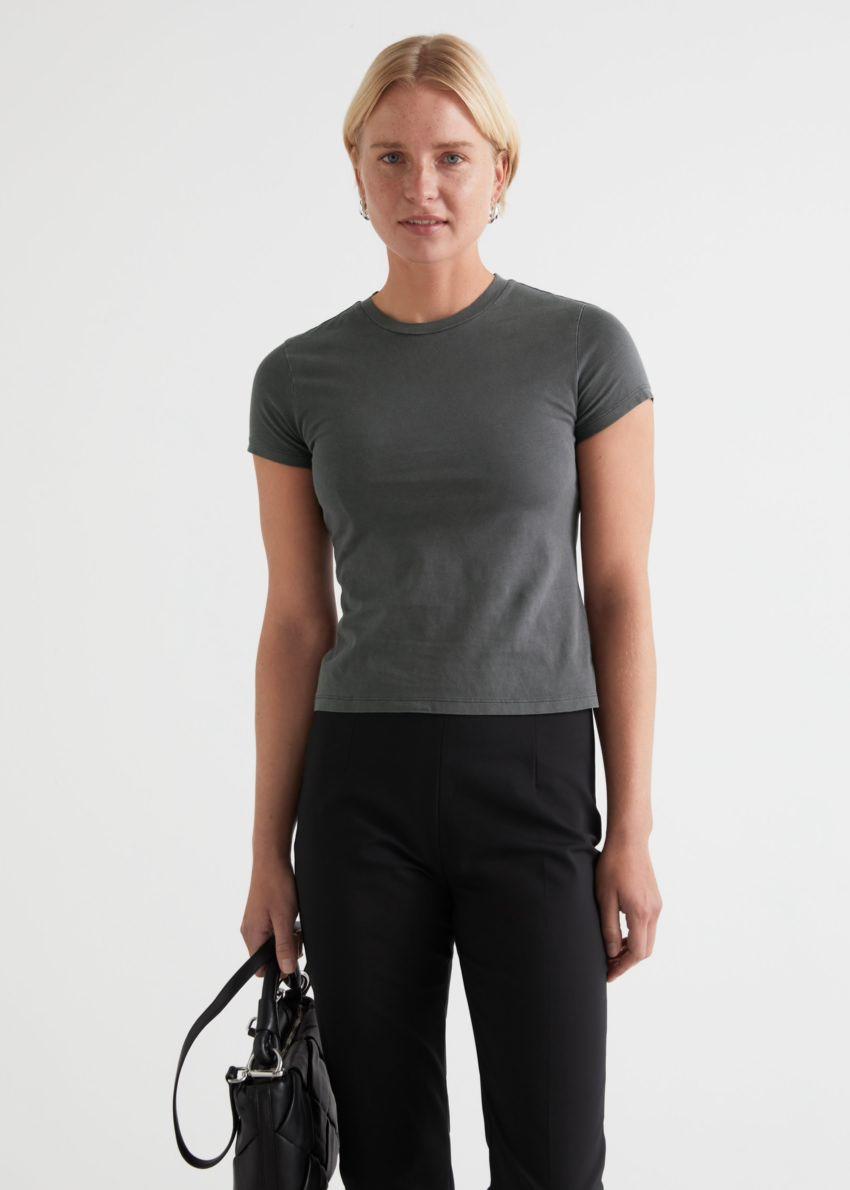 앤아더스토리즈 피티드 크루넥 티셔츠의 그레이컬러 ECOMLook입니다.