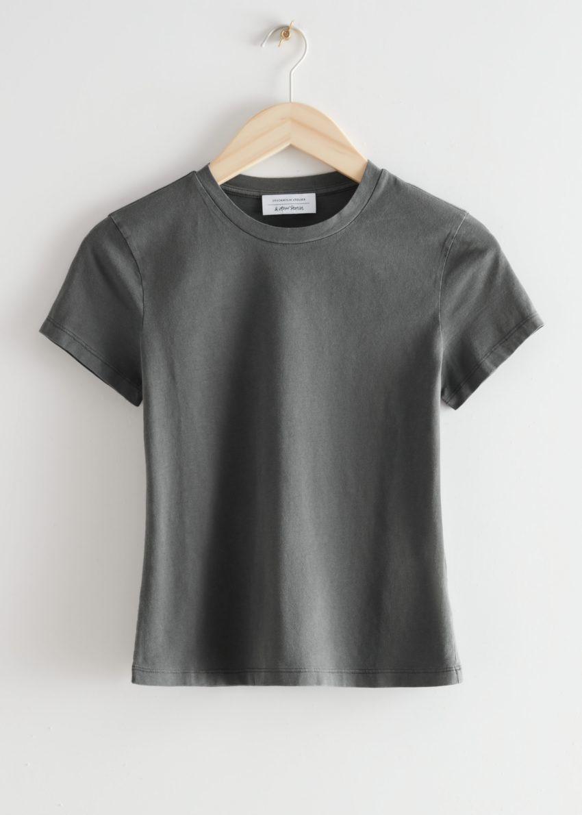 앤아더스토리즈 피티드 크루넥 티셔츠의 그레이컬러 Product입니다.