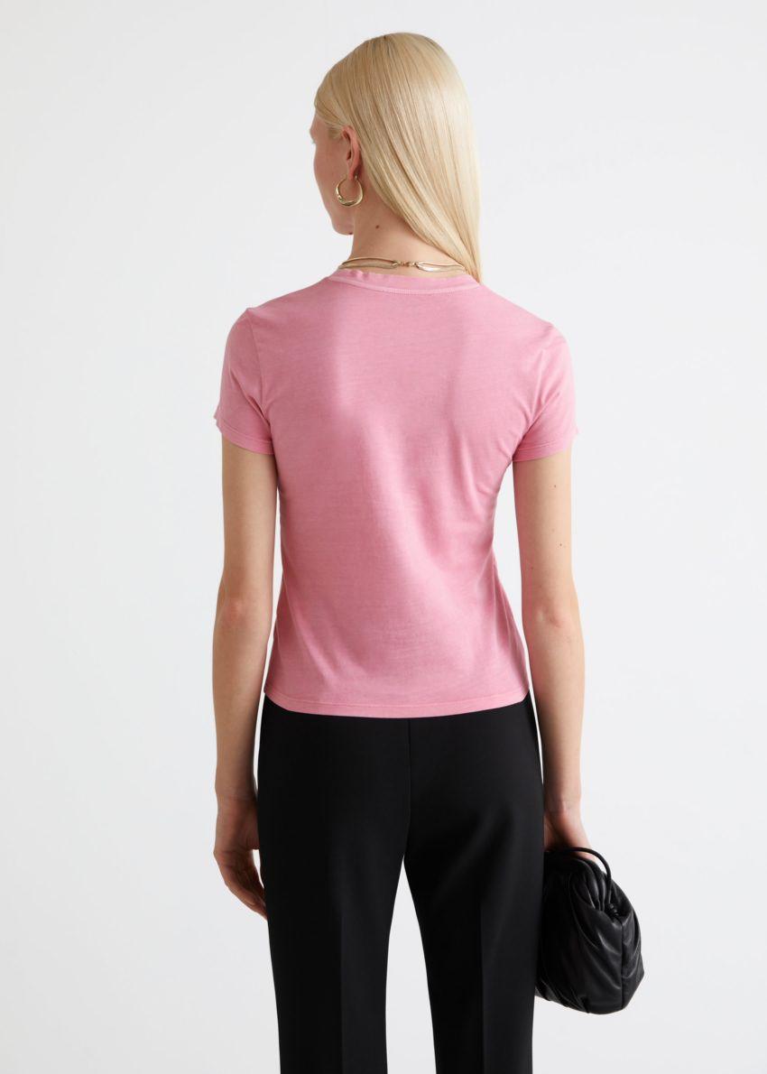 앤아더스토리즈 피티드 크루넥 티셔츠의 핑크컬러 ECOMLook입니다.