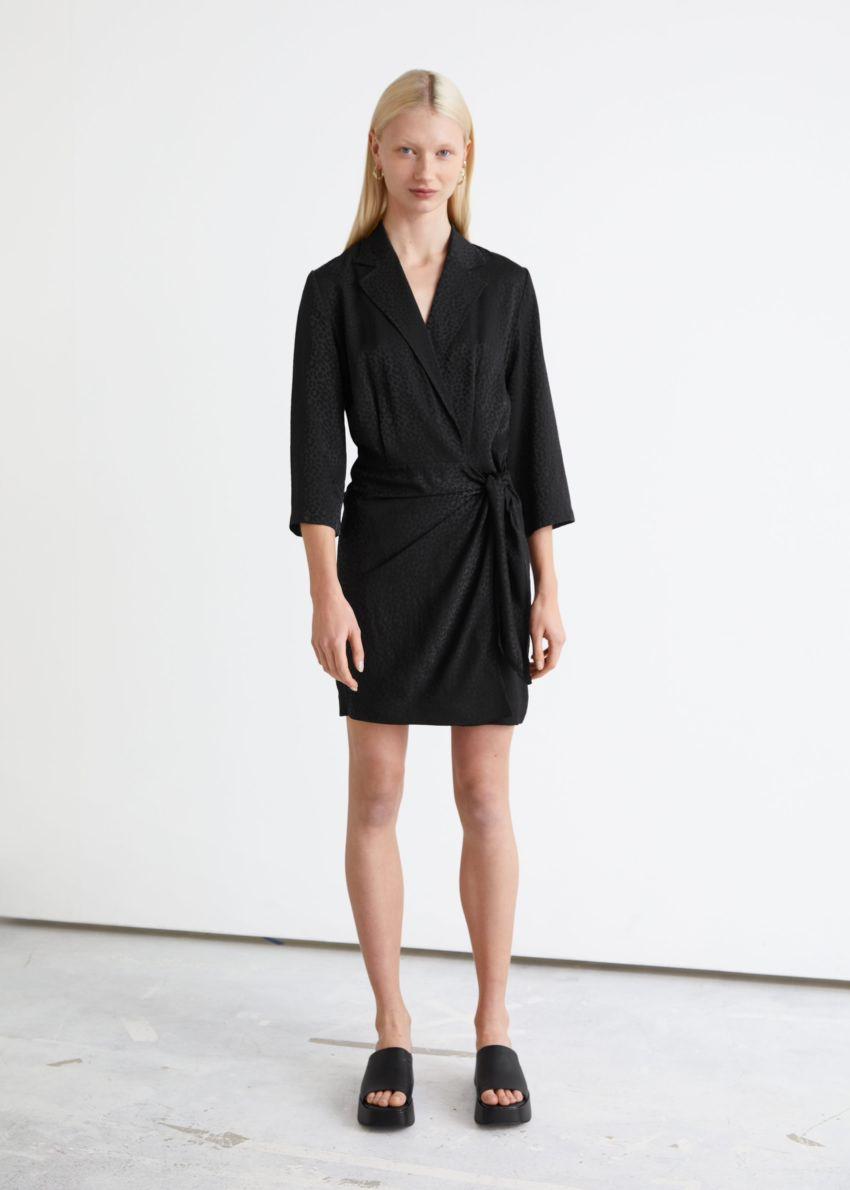 앤아더스토리즈 피티드 자카드 미니 랩 드레스의 블랙컬러 ECOMLook입니다.