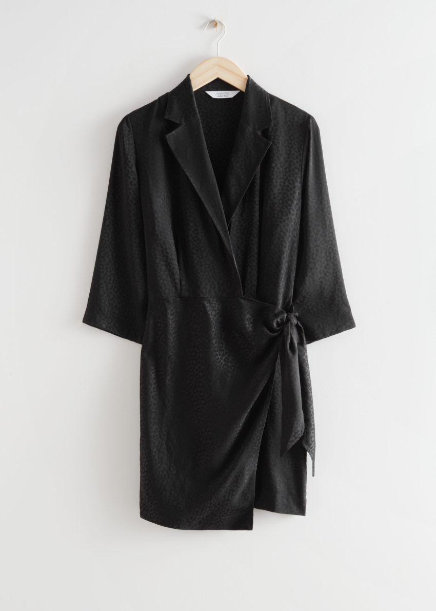 앤아더스토리즈 피티드 자카드 미니 랩 드레스의 블랙컬러 Product입니다.