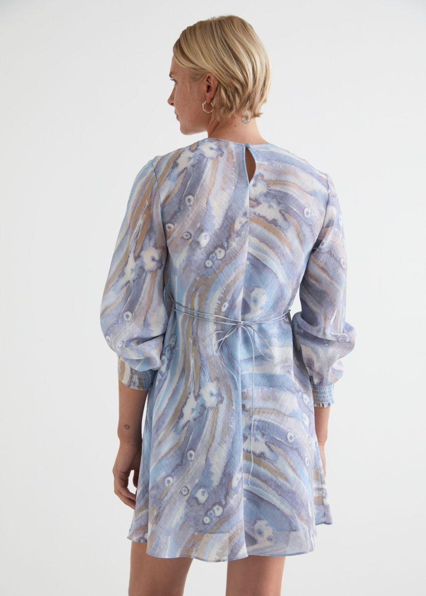 앤아더스토리즈 프린트 플로티 A 라인 미니 드레스의 블루 프린트컬러 ECOMLook입니다.