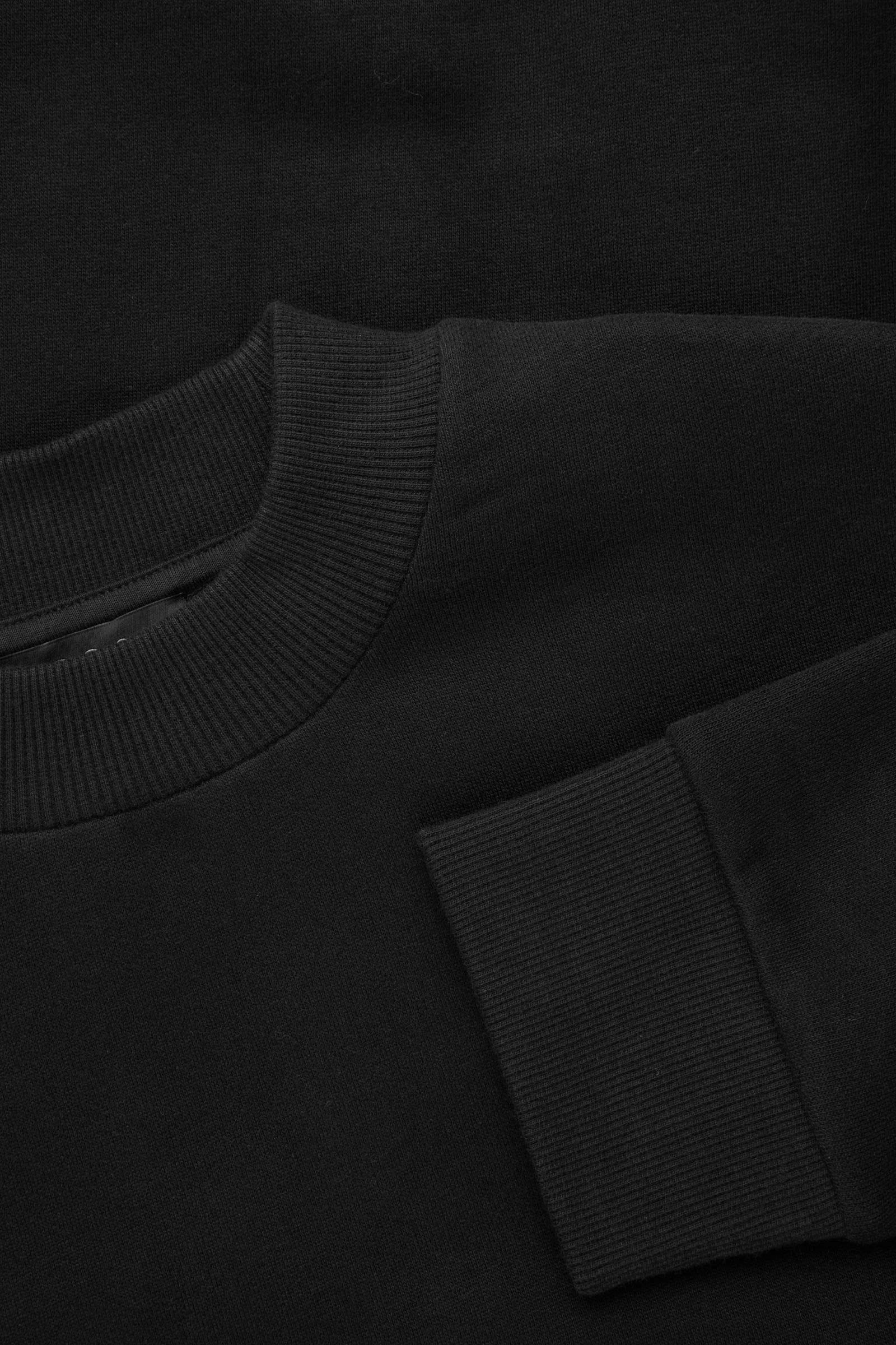 COS 코튼 스웻셔츠의 블랙컬러 Detail입니다.