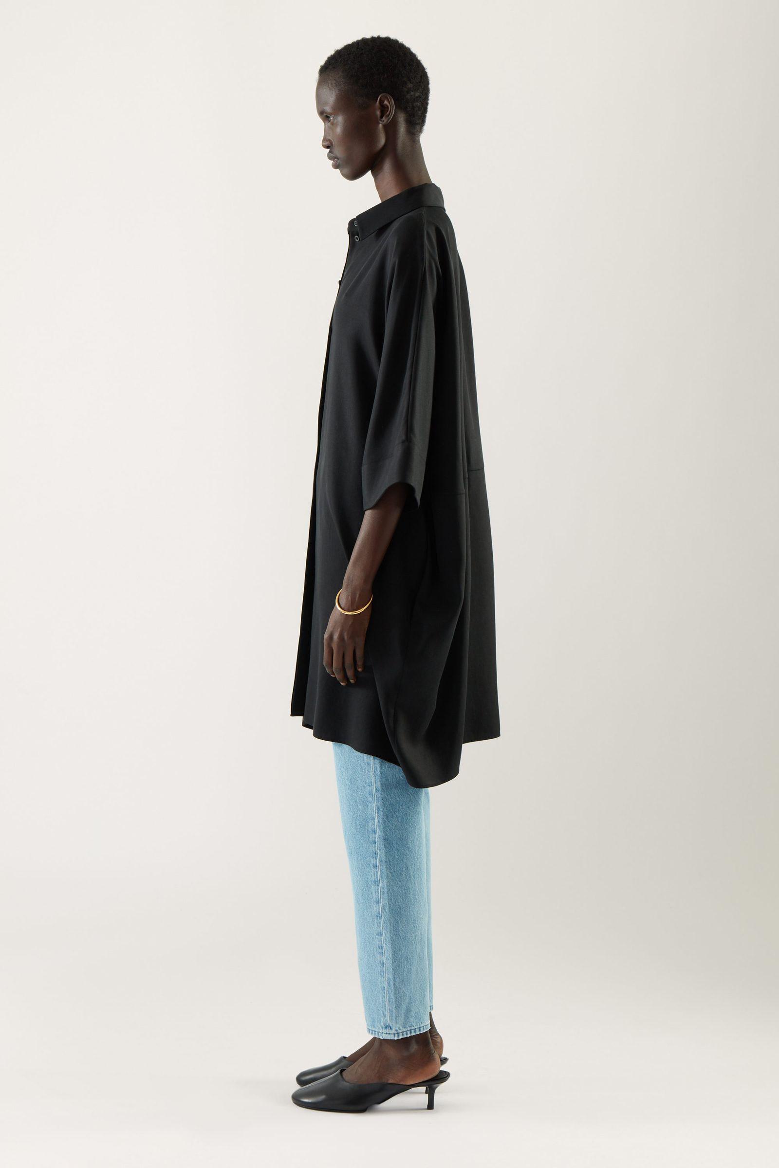 COS 드레이프드 박시 셔츠 드레스의 블랙컬러 ECOMLook입니다.