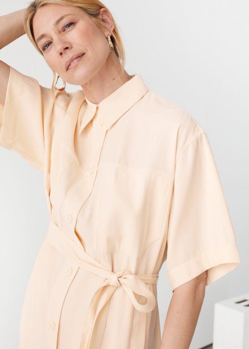 앤아더스토리즈 오버사이즈 미디 셔츠 드레스의 베이지컬러 ECOMLook입니다.