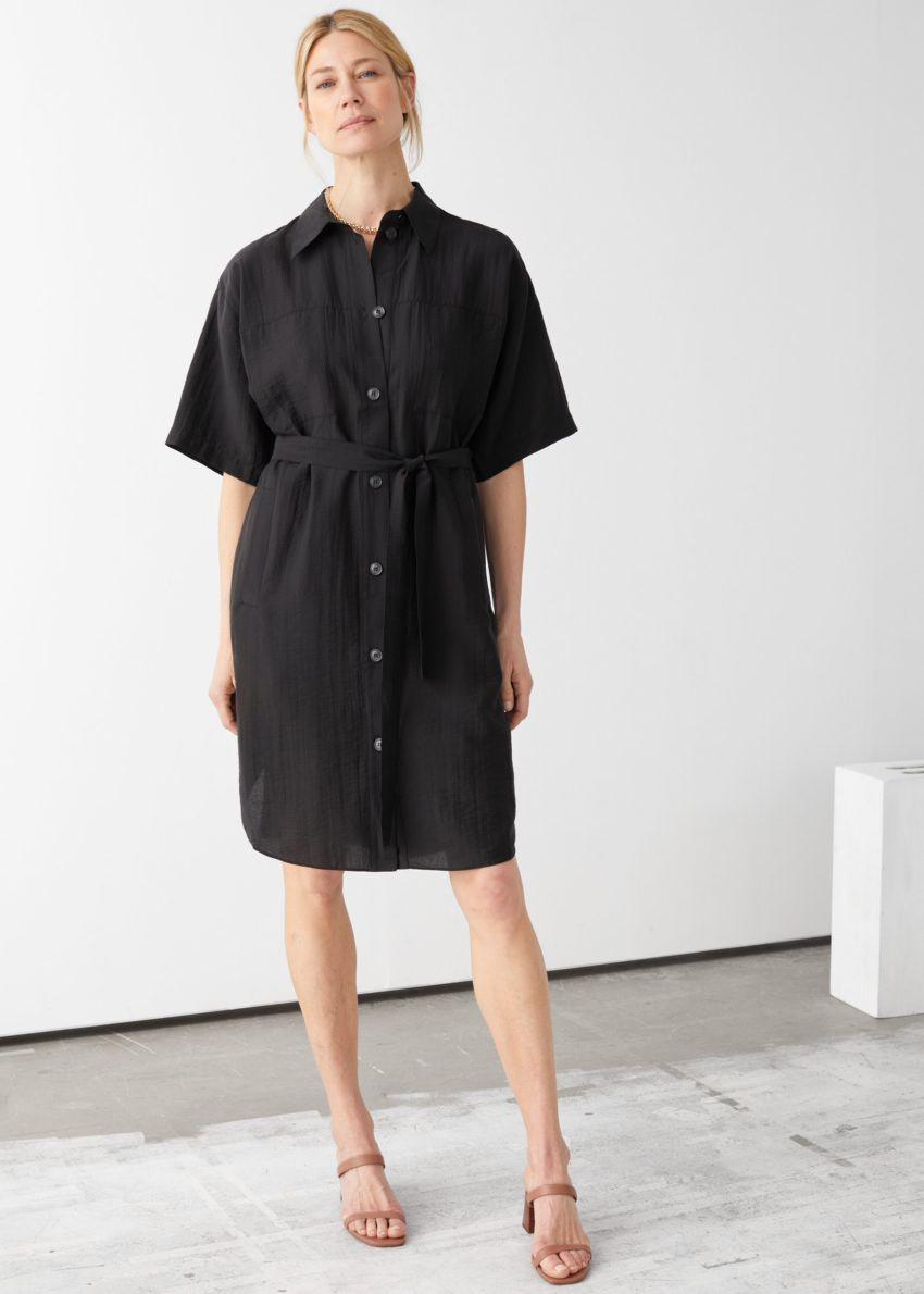 앤아더스토리즈 오버사이즈 미디 셔츠 드레스의 블랙컬러 ECOMLook입니다.