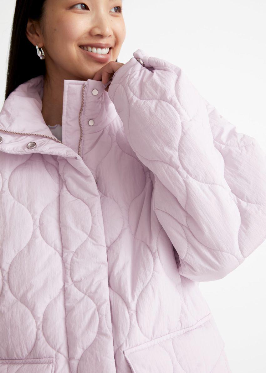 앤아더스토리즈 퀼트 집 재킷의 라이트 핑크컬러 ECOMLook입니다.
