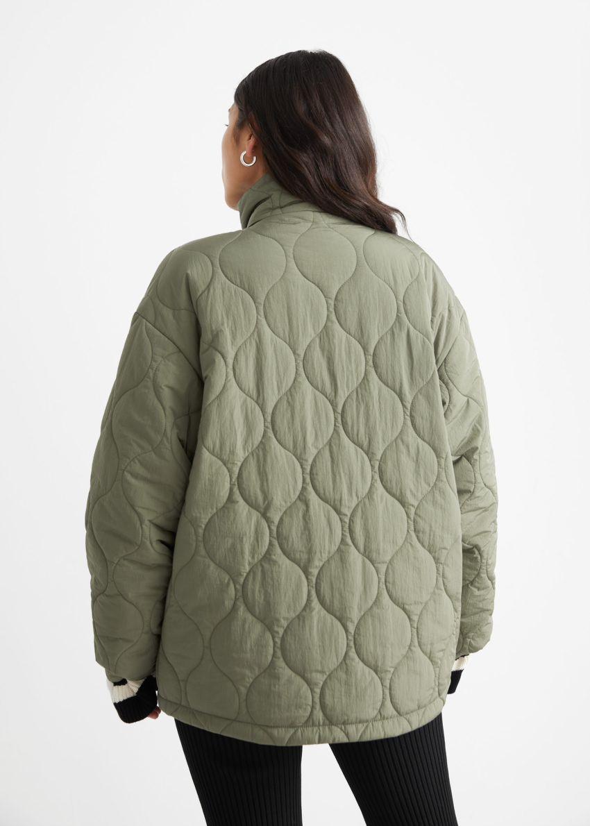 앤아더스토리즈 퀼트 집 재킷의 카키컬러 ECOMLook입니다.