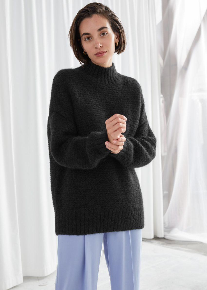 앤아더스토리즈 릴렉스드 퍼지 터틀넥 니트 스웨터의 블랙컬러 ECOMLook입니다.