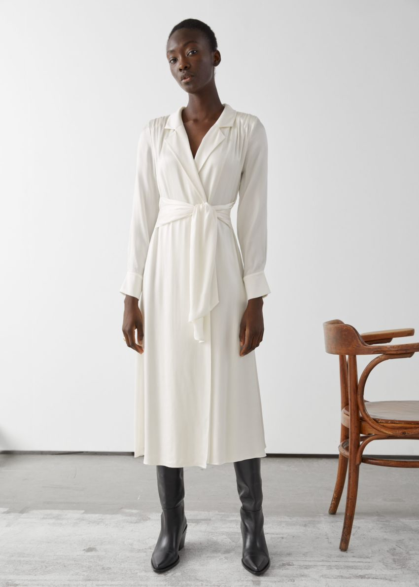 앤아더스토리즈 벨티드 패디드 숄더 쿠프로 미디 드레스의 화이트컬러 ECOMLook입니다.
