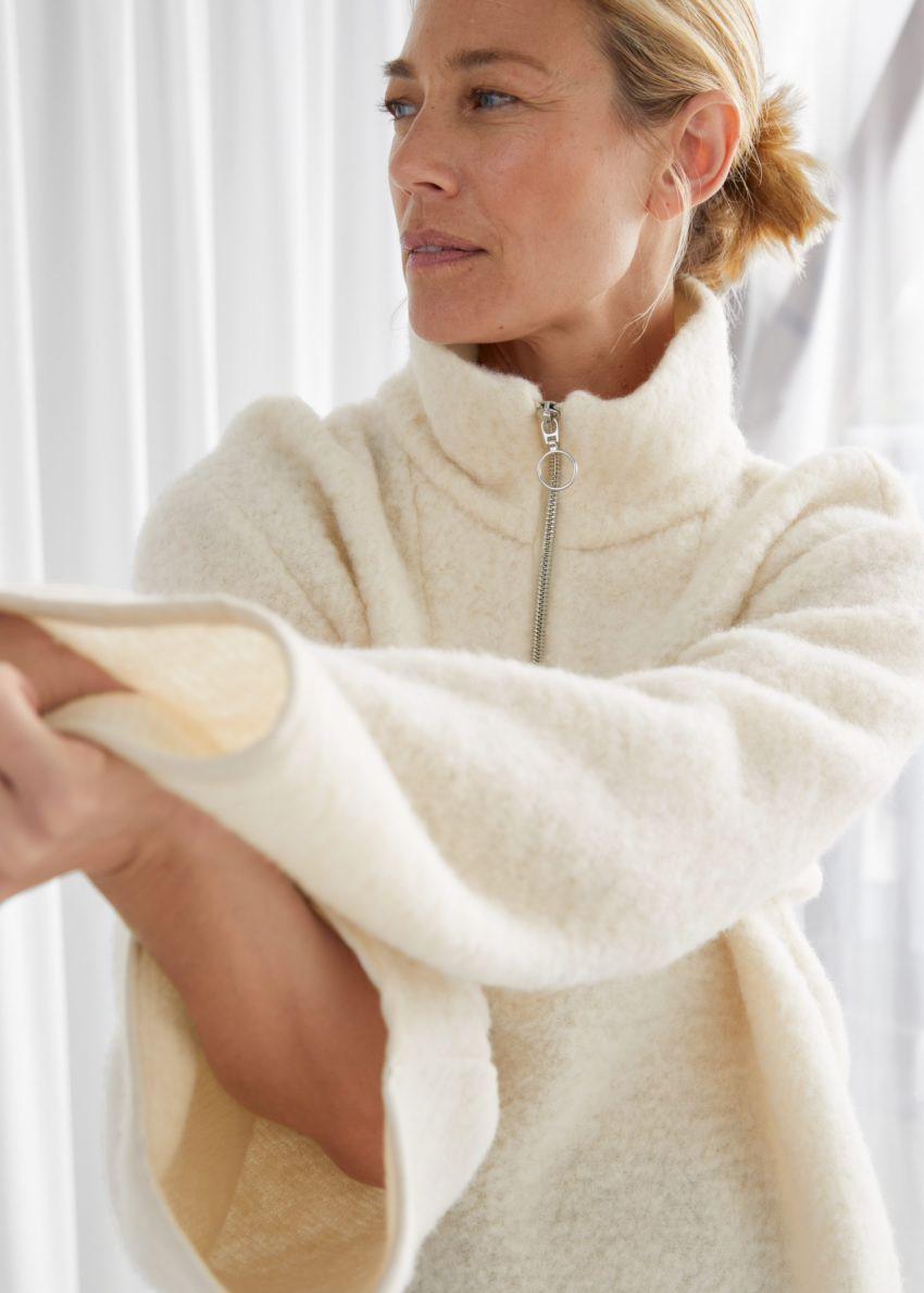 앤아더스토리즈 오버사이즈 집 카라 울 스웨터의 크림컬러 ECOMLook입니다.