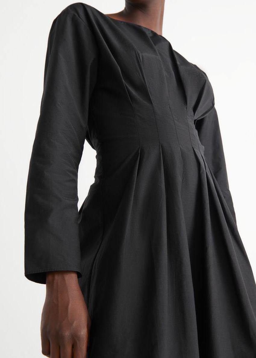앤아더스토리즈 드레이프 액센츄에이티드 웨이스트 미디 드레스의 블랙컬러 ECOMLook입니다.
