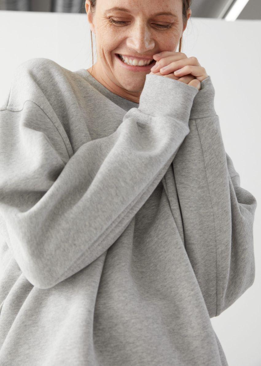 앤아더스토리즈 롱 릴렉스드 코튼 스웨터의 그레이 멜란지컬러 ECOMLook입니다.