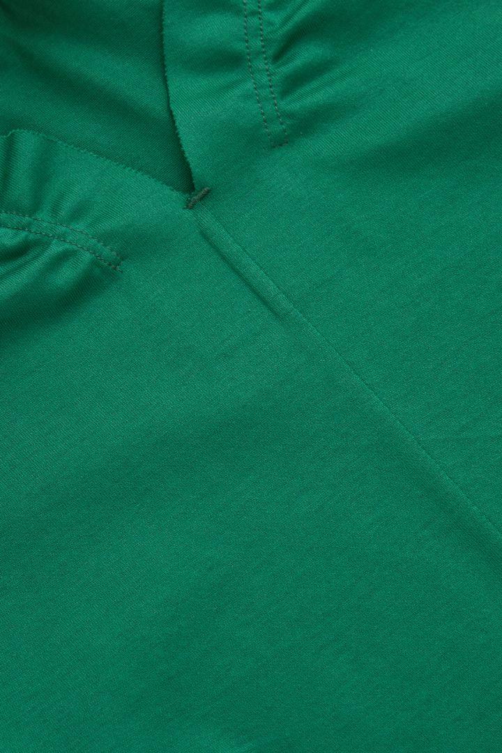 COS 루쉬 트림드 드레스의 그린컬러 Detail입니다.