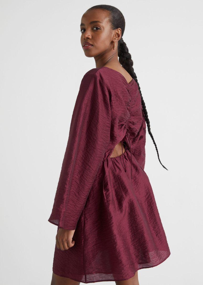 앤아더스토리즈 릴렉스드 오픈 백 미니 드레스의 레드컬러 ECOMLook입니다.