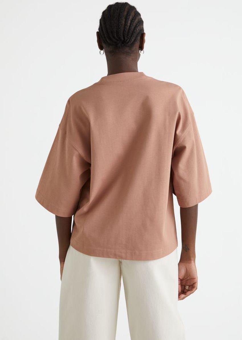 앤아더스토리즈 박시 크루넥 티셔츠의 오렌지컬러 ECOMLook입니다.