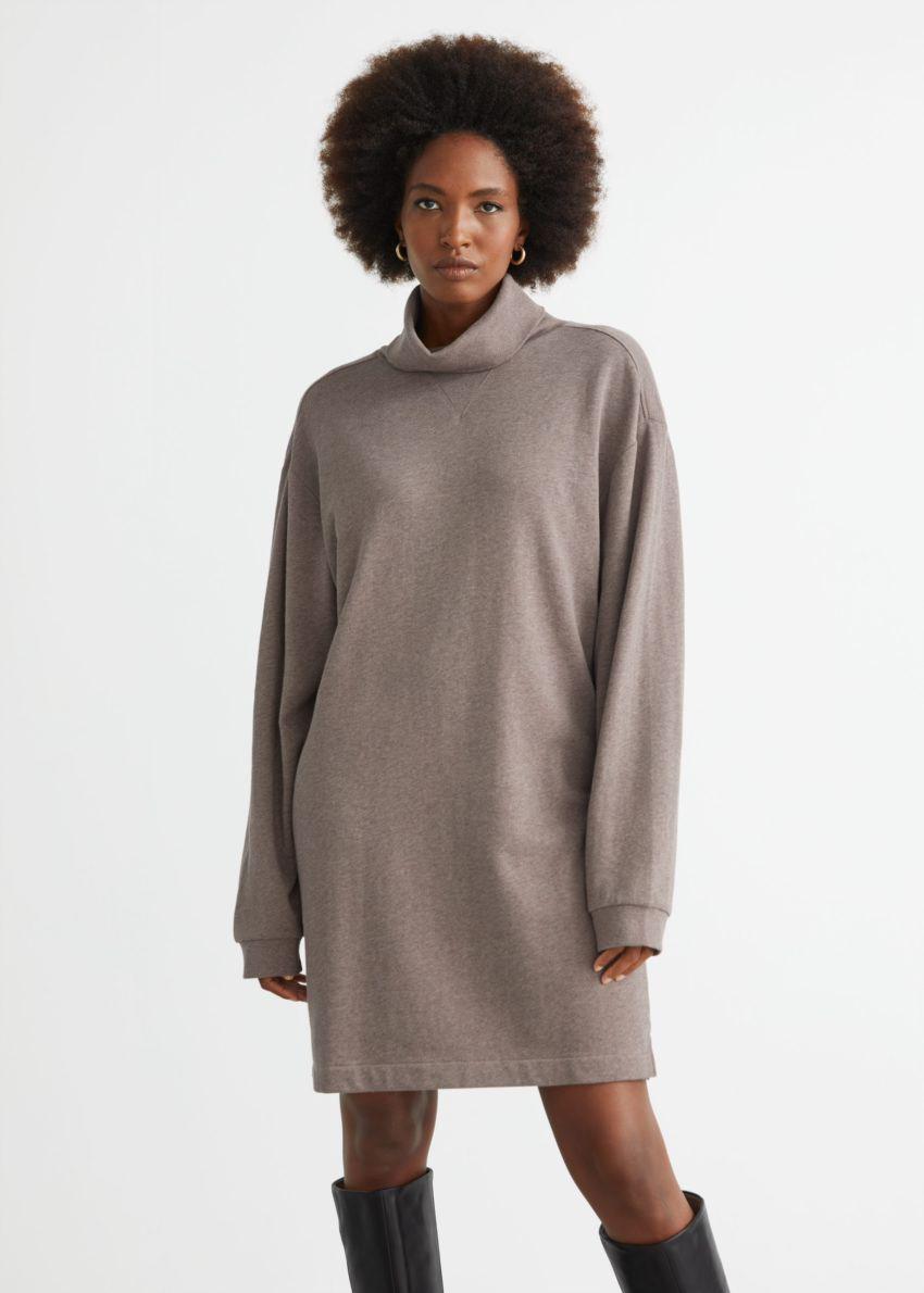 앤아더스토리즈 터틀넥 미니 플리스 드레스의 몰컬러 ECOMLook입니다.