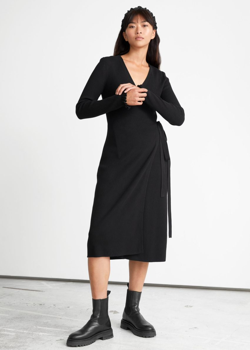 앤아더스토리즈 립 미디 랩 드레스의 블랙컬러 ECOMLook입니다.