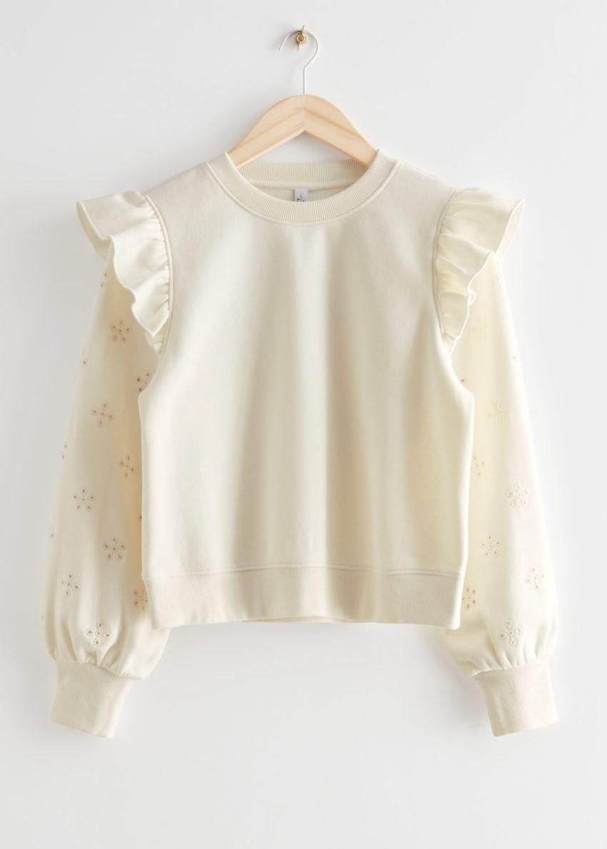 앤아더스토리즈 러플 숄더 스웨터의 화이트컬러 Product입니다.