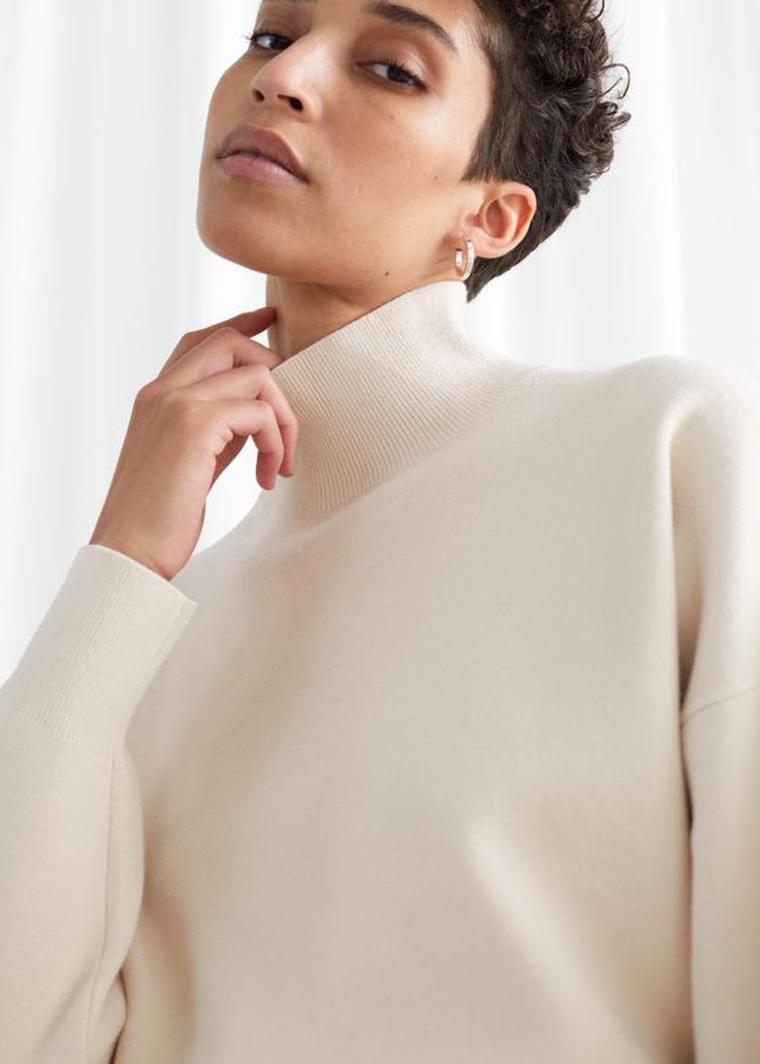 앤아더스토리즈 박시 모크 넥 스웨터의 베이지컬러 ECOMLook입니다.