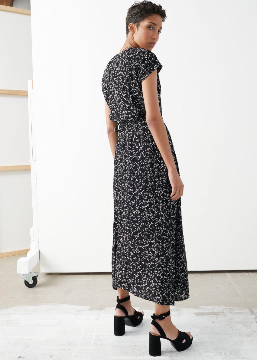 앤아더스토리즈 플로럴 미디 랩 드레스의 플라워 프린트컬러 ECOMLook입니다.