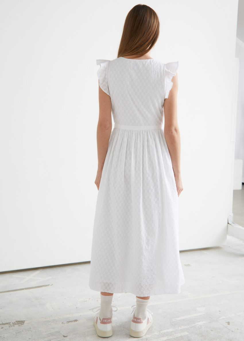 앤아더스토리즈 러플 미디 랩 드레스의 화이트컬러 ECOMLook입니다.