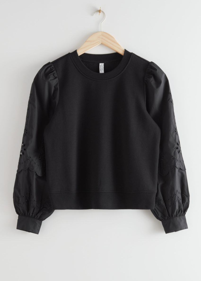 앤아더스토리즈 엠브로이더리 슬리브 스웨트셔츠의 블랙컬러 Product입니다.