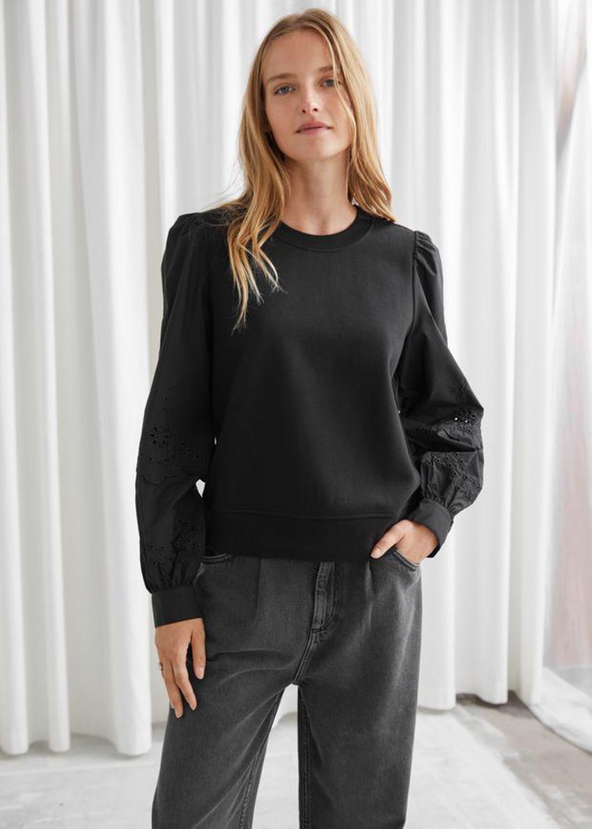 앤아더스토리즈 엠브로이더리 슬리브 스웨트셔츠의 블랙컬러 ECOMLook입니다.