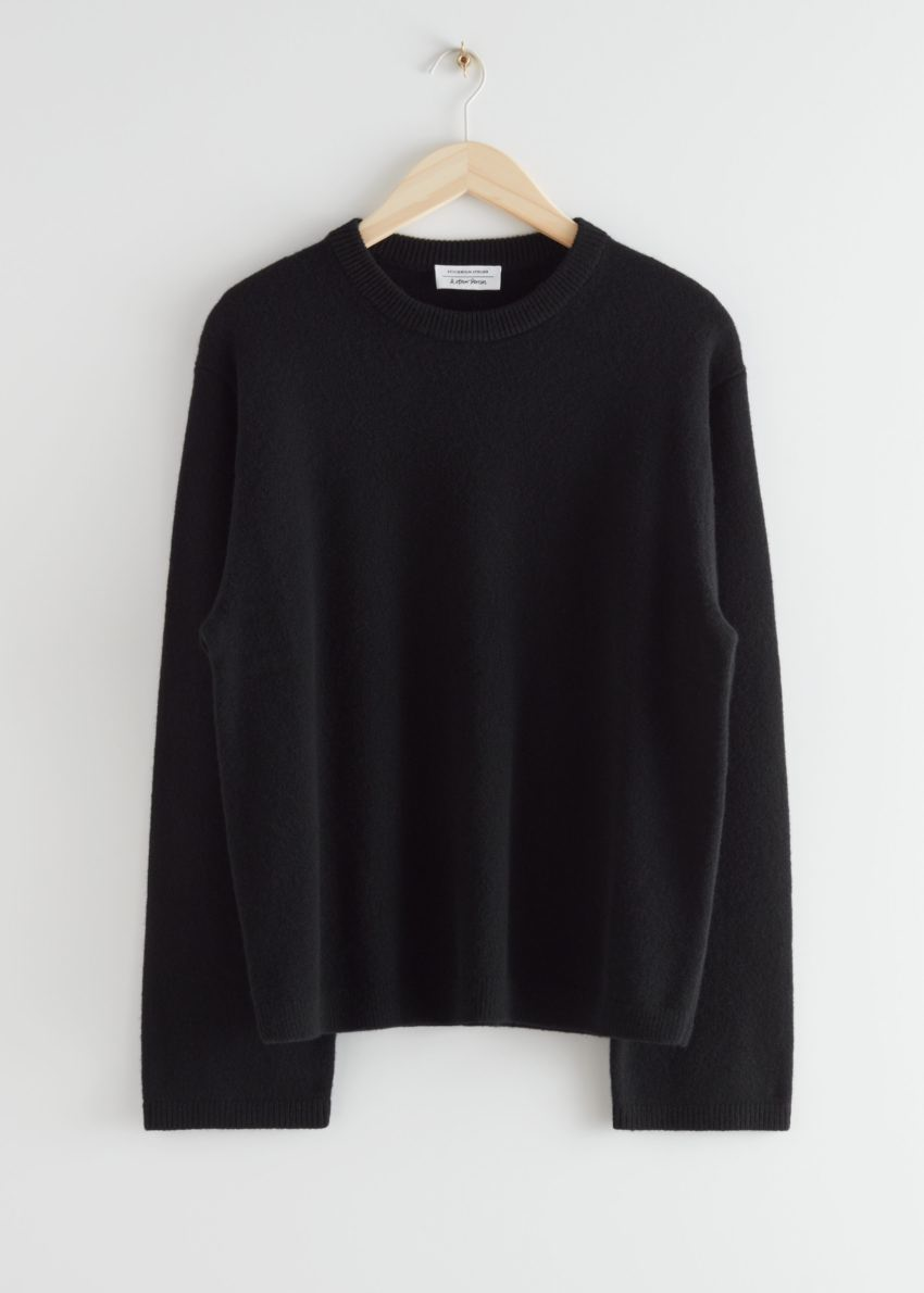 앤아더스토리즈 퍼지 울 블렌드 스웨터의 블랙컬러 Product입니다.