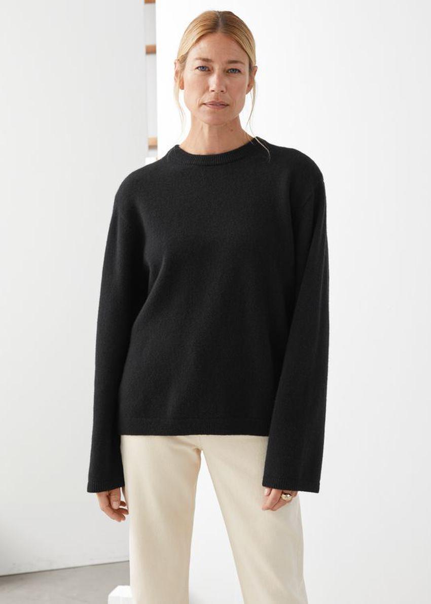 앤아더스토리즈 퍼지 울 블렌드 스웨터의 블랙컬러 ECOMLook입니다.