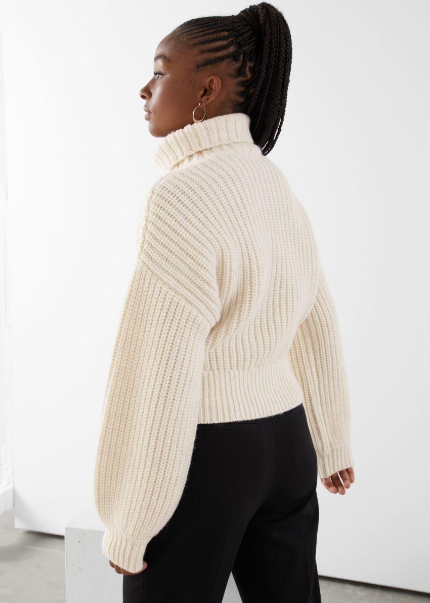 앤아더스토리즈 벌룬 슬리브 니트 스웨터의 크림컬러 ECOMLook입니다.