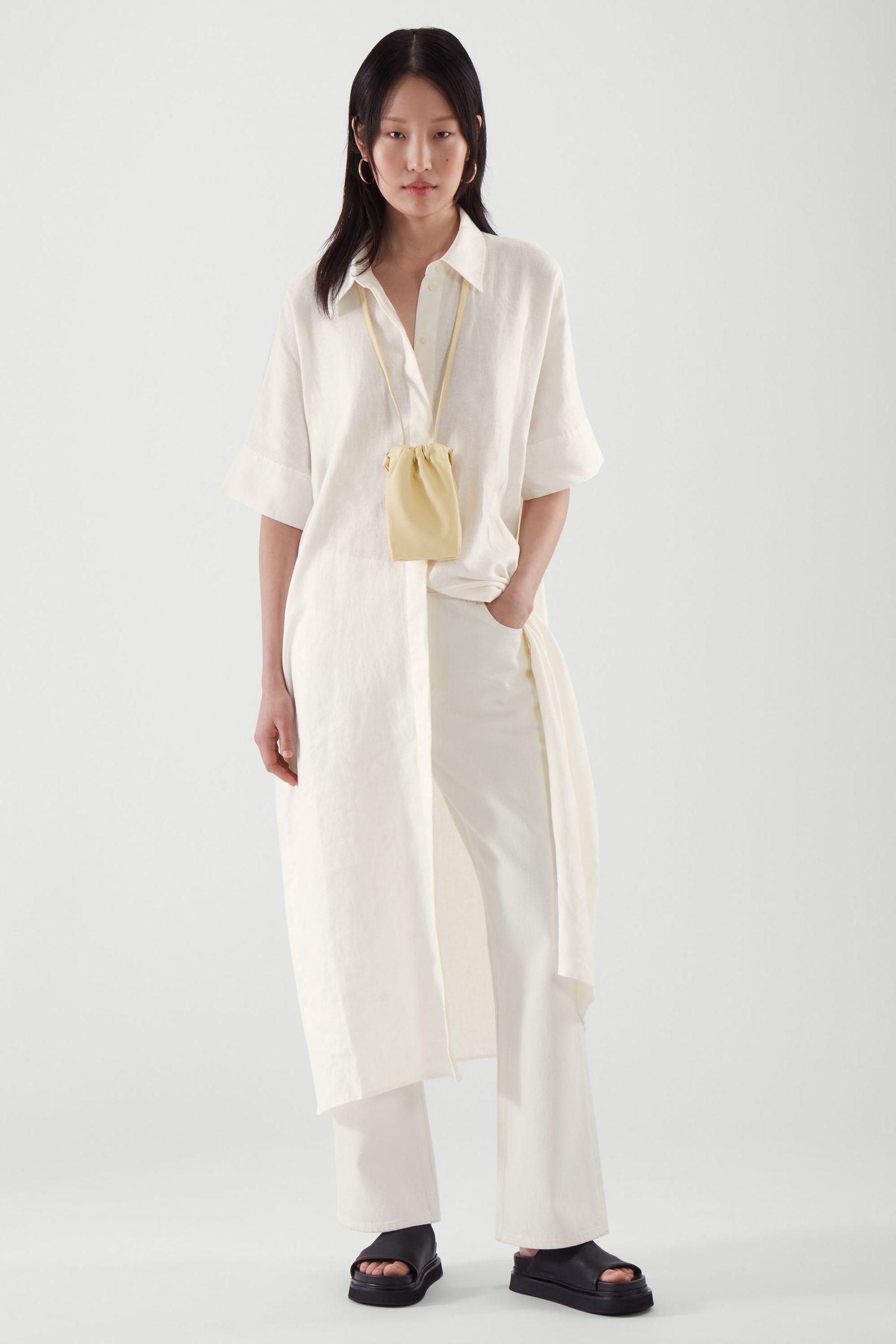 COS 리넨 셔츠 드레스의 화이트컬러 ECOMLook입니다.