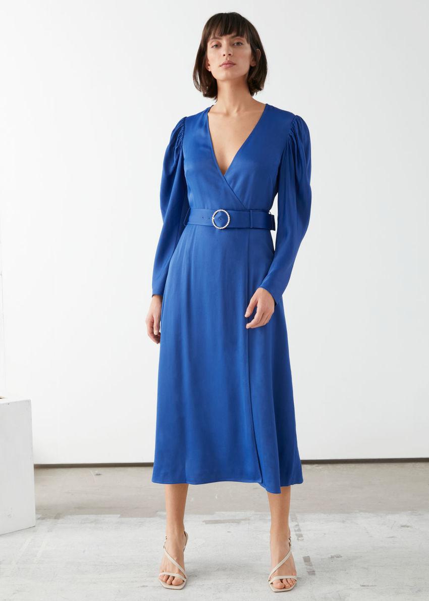 앤아더스토리즈 펄 버클 벨티드 미디 드레스의 블루컬러 ECOMLook입니다.
