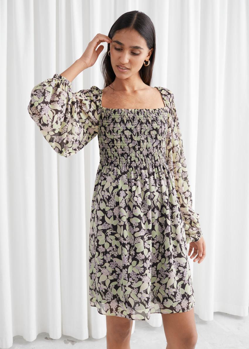 앤아더스토리즈 볼류미너스 플로럴 스모크 드레스의 블랙 플로럴컬러 ECOMLook입니다.