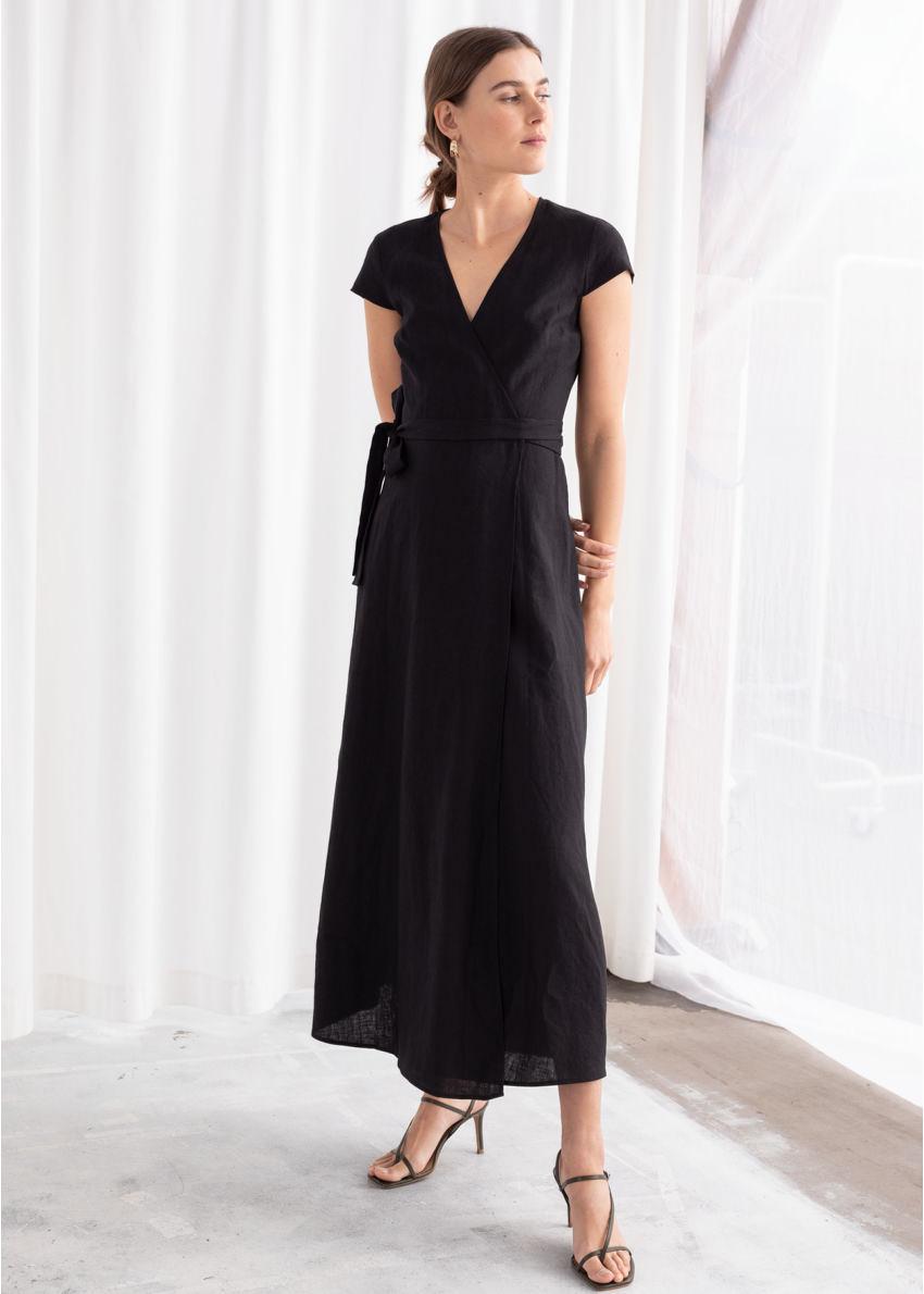 앤아더스토리즈 깅엄 리넨 미디 랩 드레스의 블랙컬러 ECOMLook입니다.