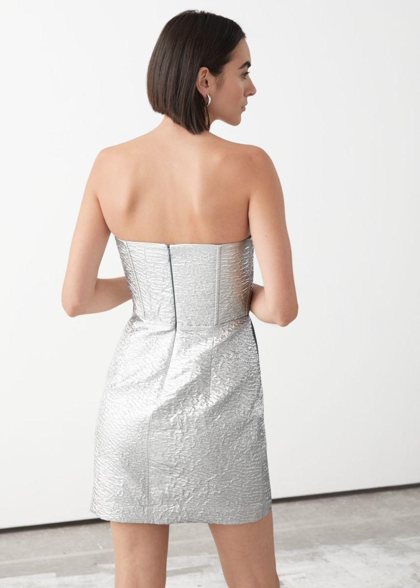 앤아더스토리즈 드레이프 스트랩리스 자카드 미니 드레스의 실버 메탈릭컬러 ECOMLook입니다.