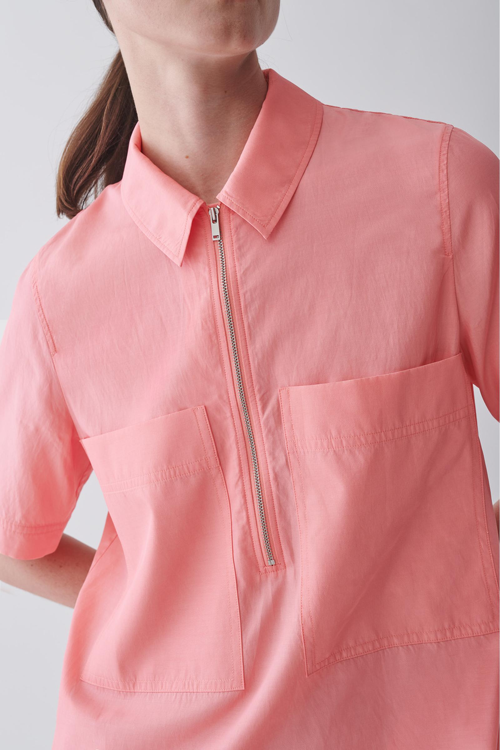 COS 집업 코튼 쿠프로 셔츠 드레스의 핑크컬러 ECOMLook입니다.