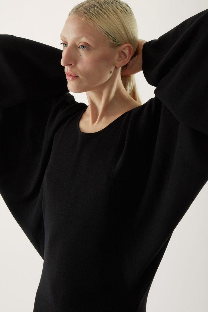 COS default image 6 of 블랙 in 배트윙 니티드 미디 드레스