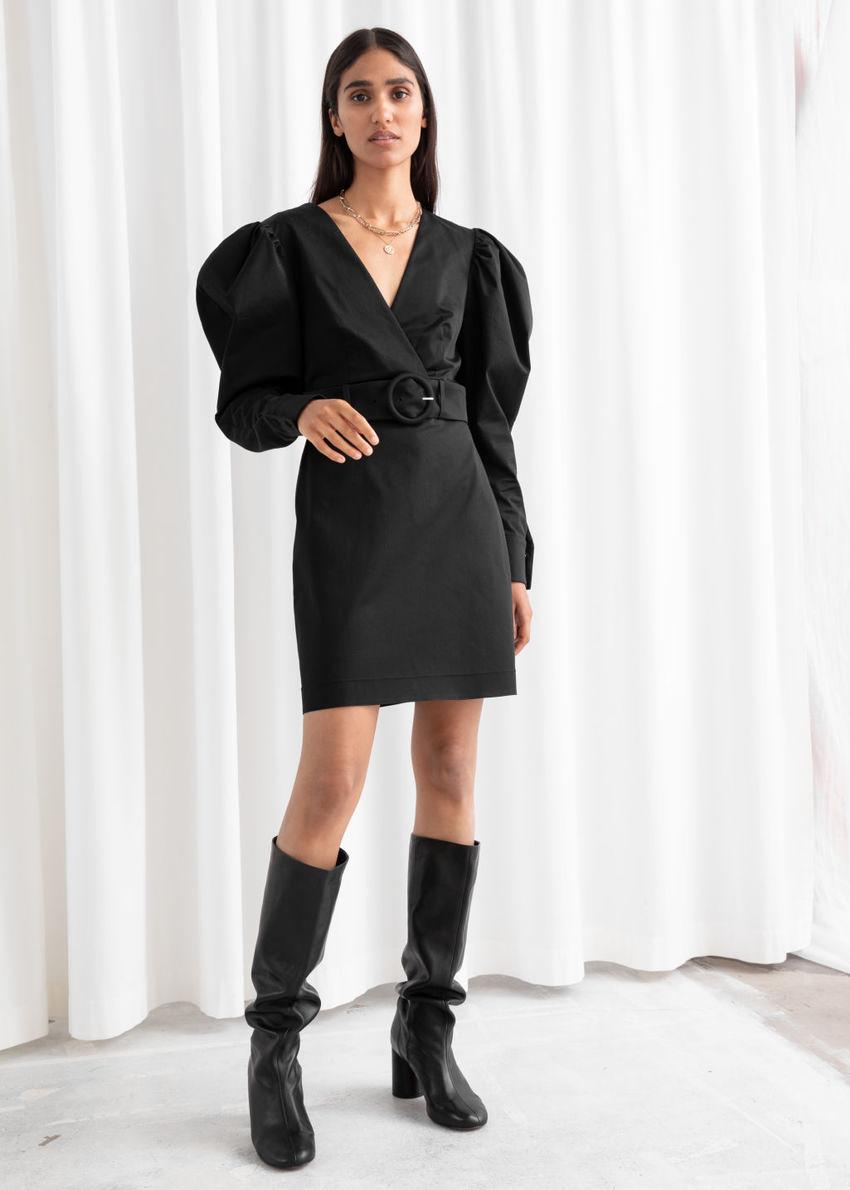 앤아더스토리즈 벨티드 퍼프 슬리브 미니 드레스의 블랙컬러 ECOMLook입니다.