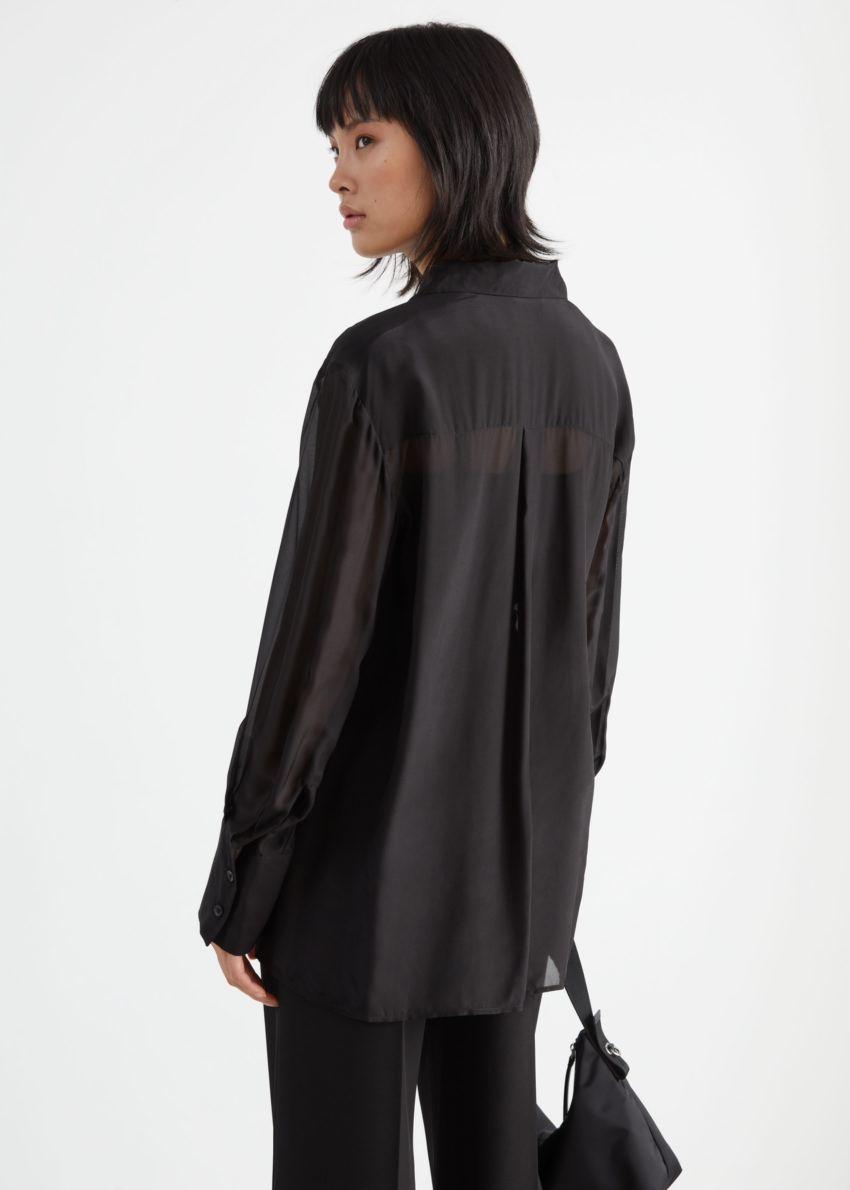 앤아더스토리즈 시어 릴렉스드 실크 블렌드 셔츠의 블랙컬러 ECOMLook입니다.