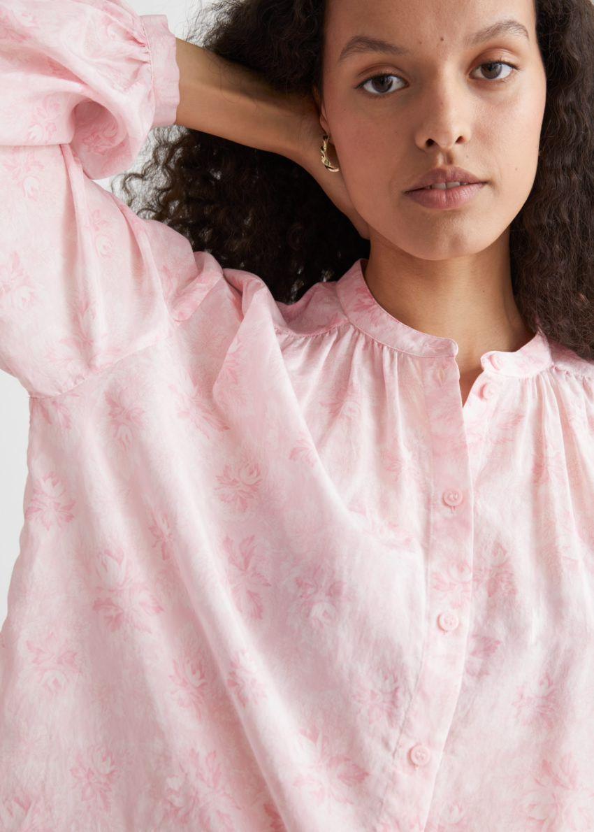 앤아더스토리즈 프린트 실크 블렌드 블라우스의 핑크 플로럴컬러 ECOMLook입니다.
