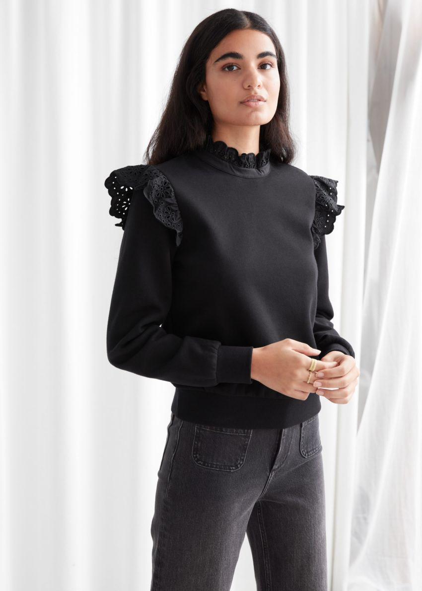 앤아더스토리즈 러플 브로드리 앙글레즈 스웨터의 블랙컬러 ECOMLook입니다.