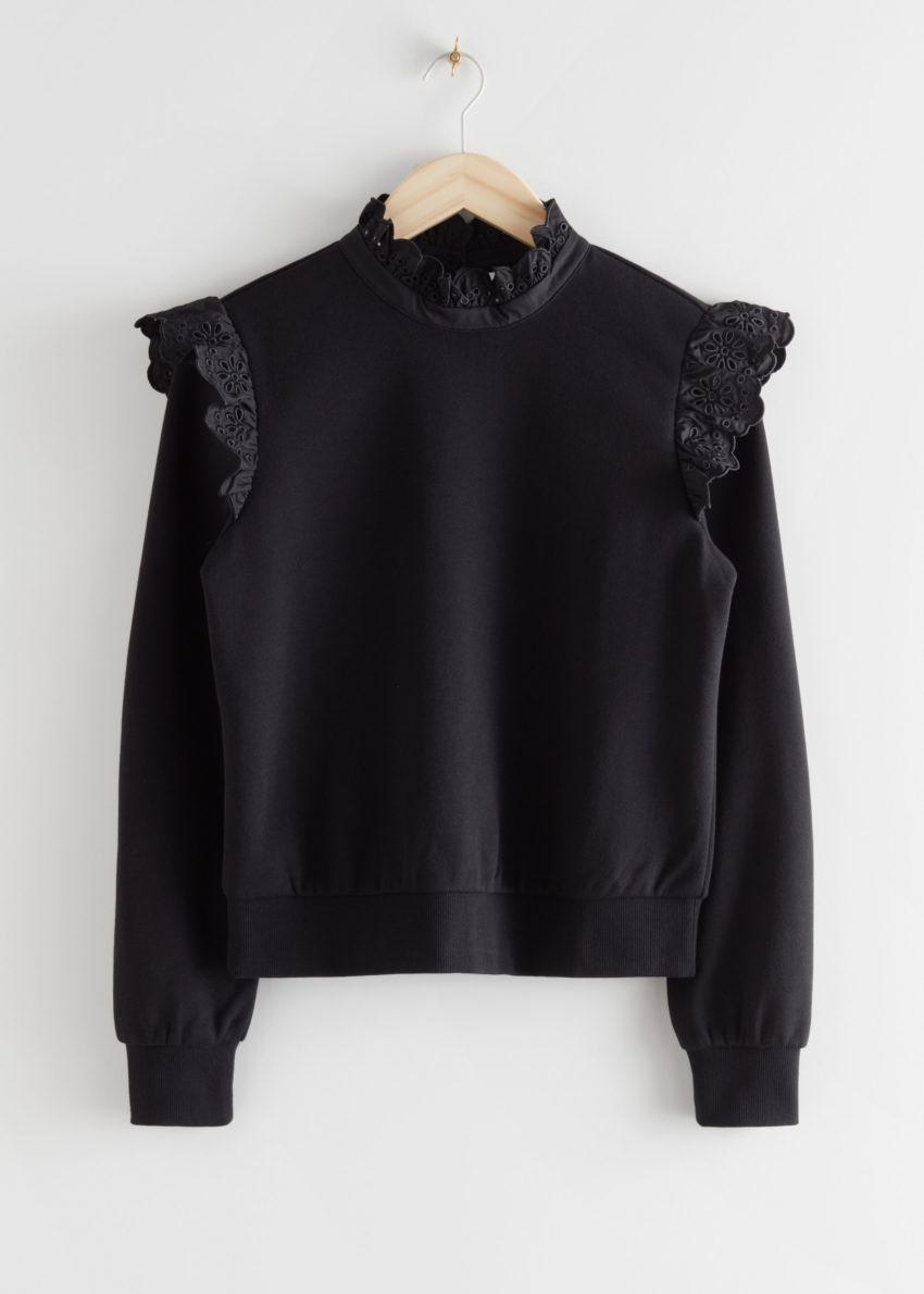앤아더스토리즈 러플 브로드리 앙글레즈 스웨터의 블랙컬러 Product입니다.