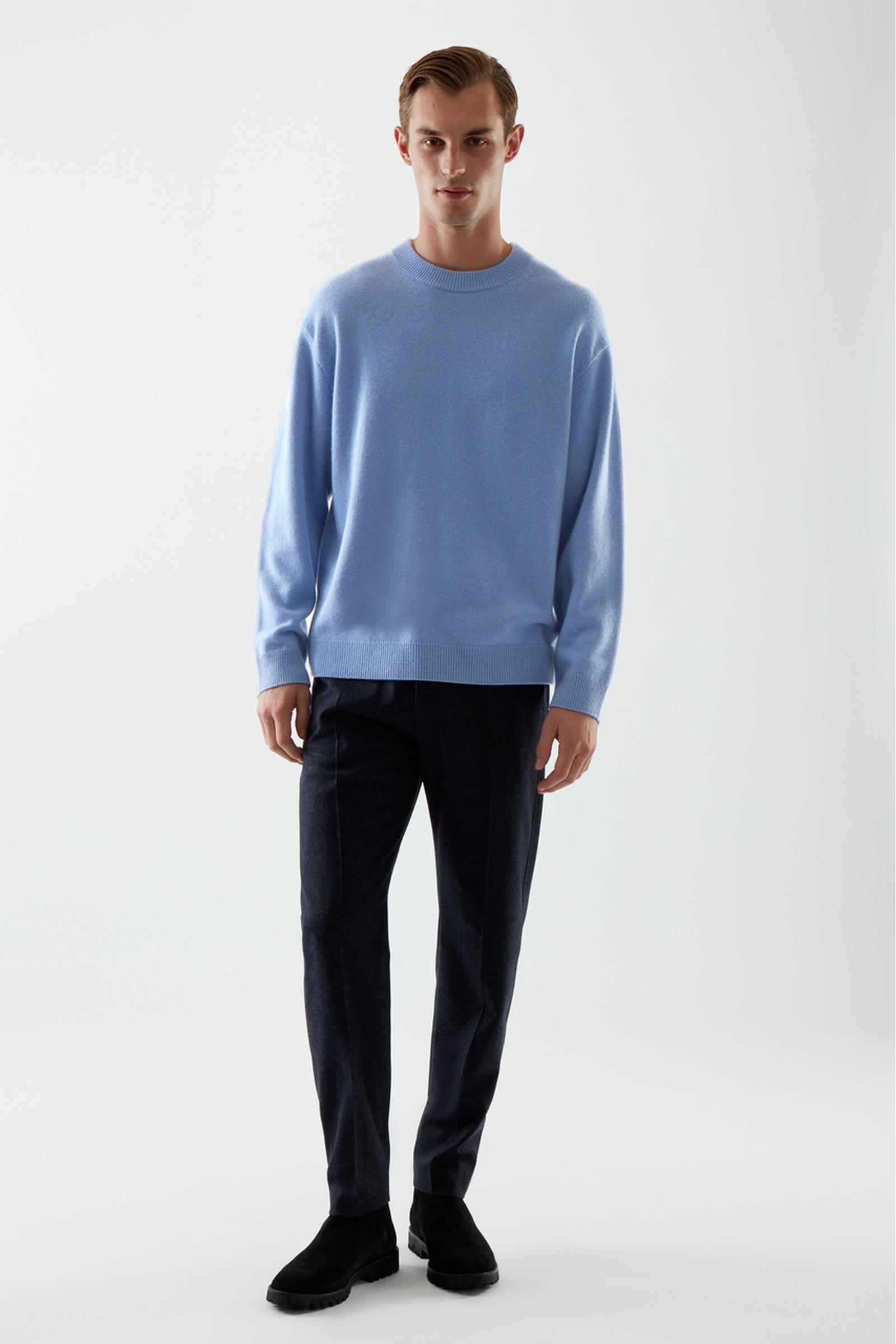 COS 캐시미어 오버사이즈 스웨터의 블루컬러 ECOMLook입니다.