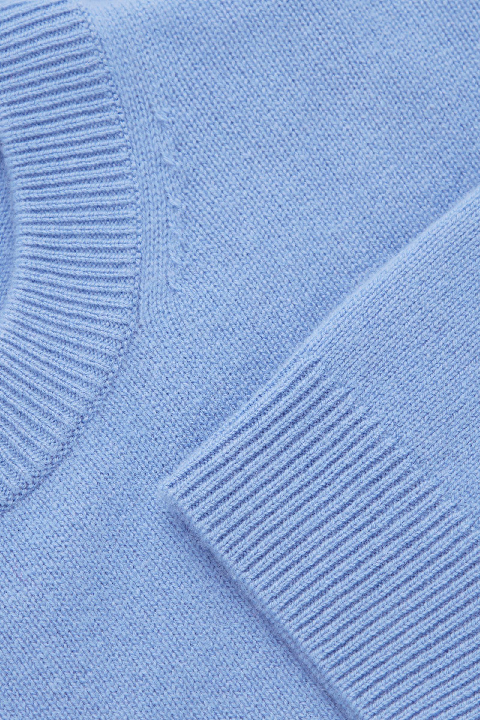COS 캐시미어 오버사이즈 스웨터의 블루컬러 Detail입니다.