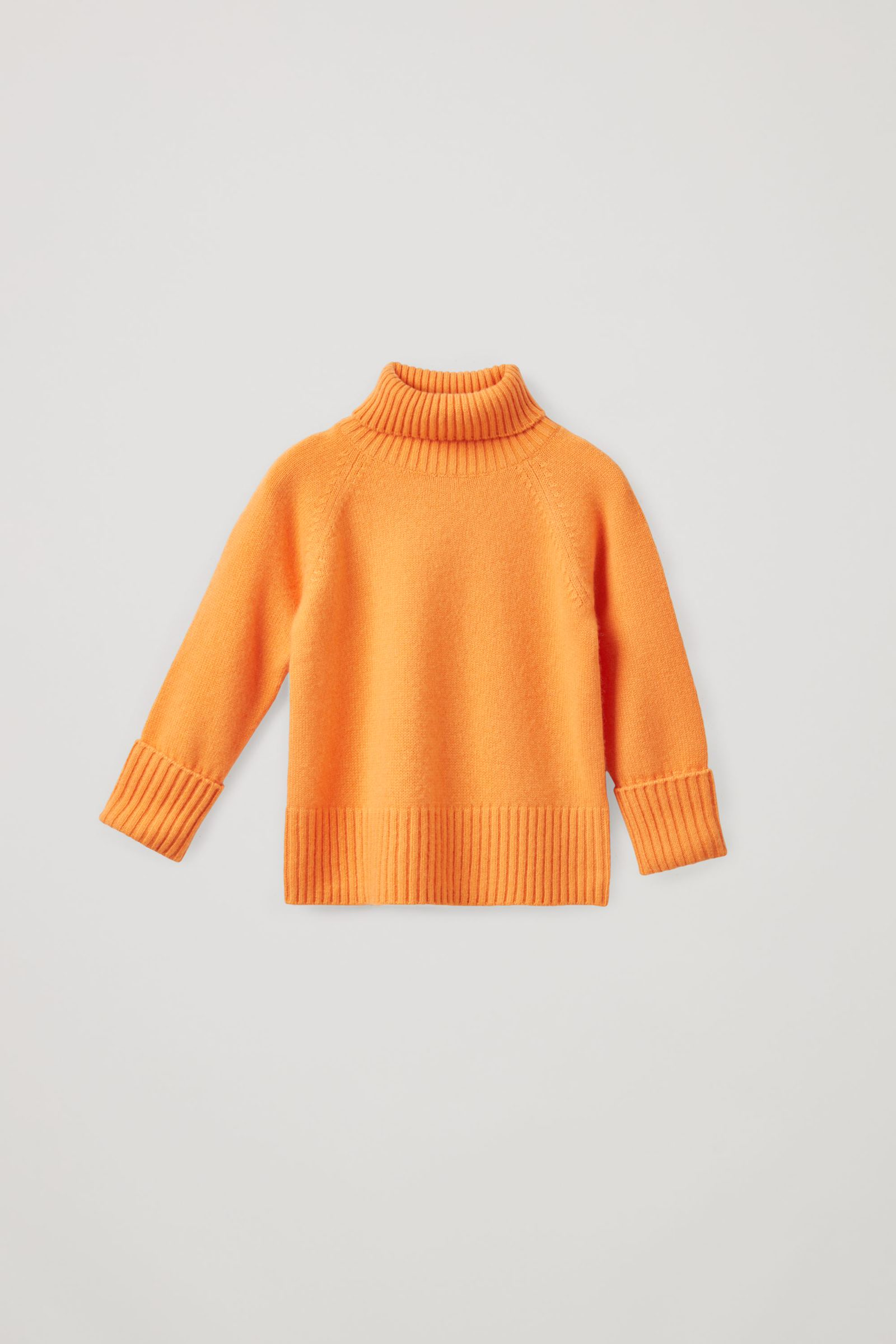 COS 롤넥 캐시미어 스웨터의 오렌지컬러 Product입니다.
