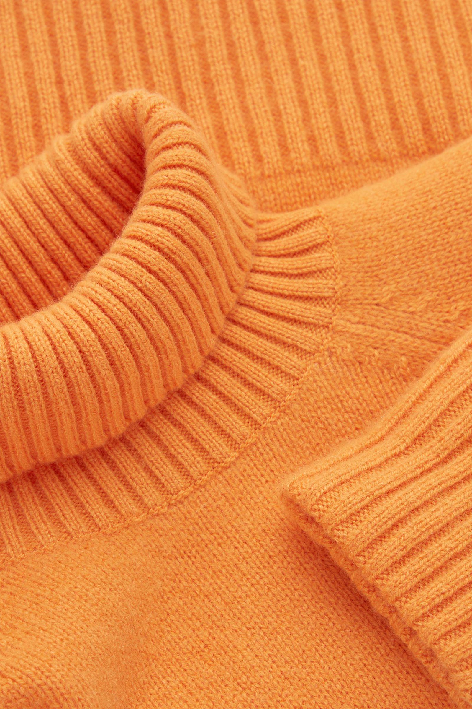 COS 롤넥 캐시미어 스웨터의 오렌지컬러 Detail입니다.