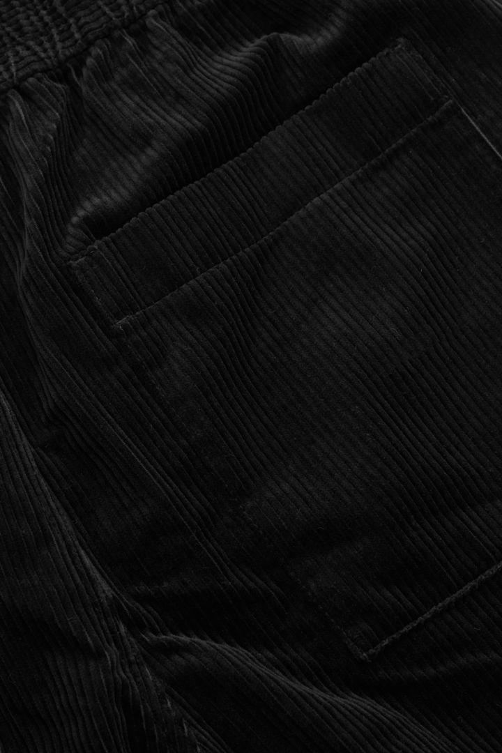 COS 엘라스틱 웨이스트 코듀로이 트라우저의 블랙컬러 Detail입니다.